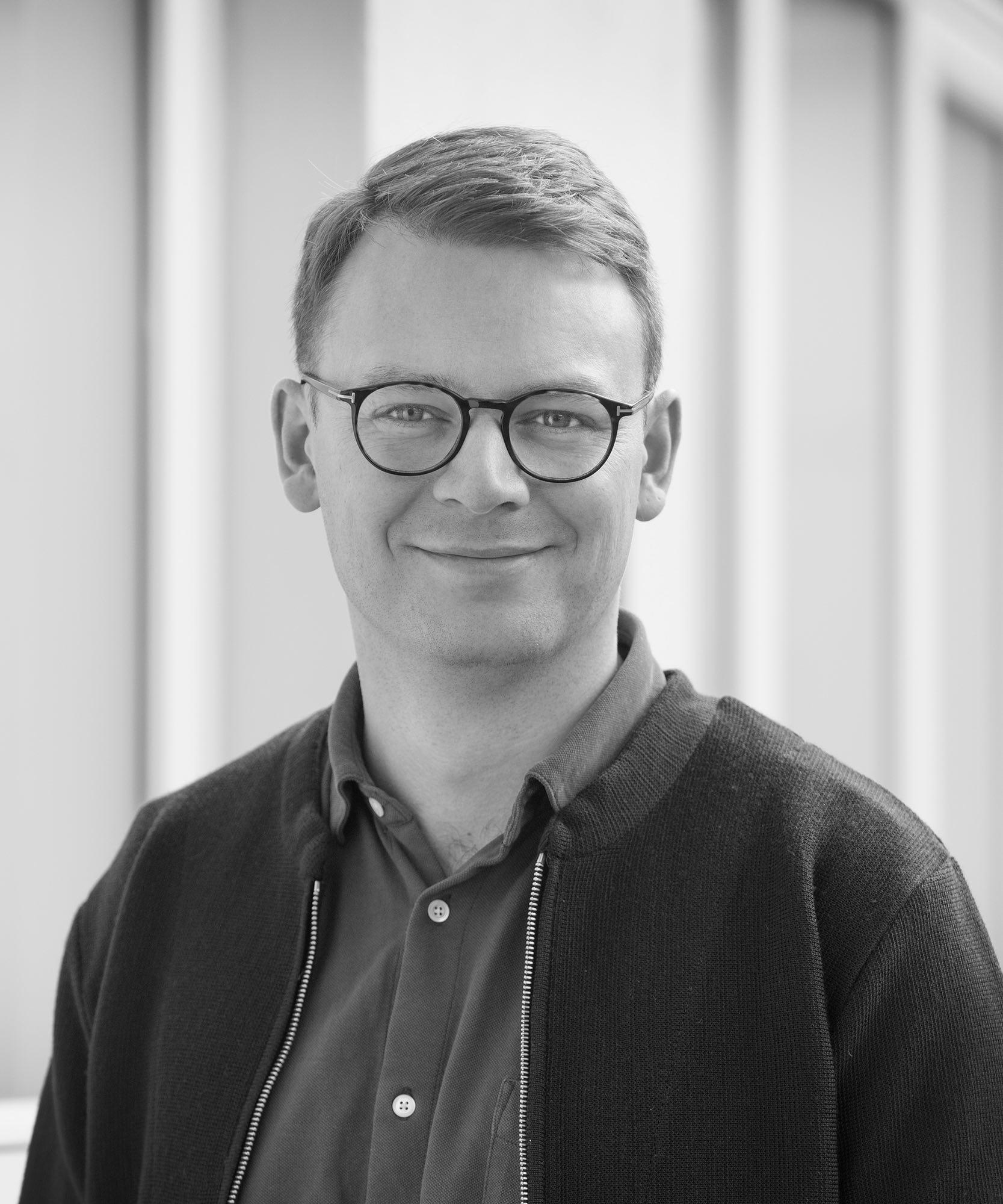 Mit navn er Alexander Skovgaard Kvarning. Jeg har som privatpraktiserende psykolog min egen praksis i Herning midtby sammen med min kone, Karen.